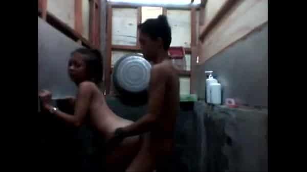 คลิปหลุดไทย พ่อแม่ไม่อยู่บ้าน ลูกสาวแอบนัดแฟน มาเย็ดกันในห้องน้ำ
