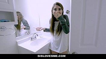 ดูหนังเอ็ก บุกแหย่หีน้องสาวในห้องน้ำ กำลังแปรงฟัน อาบน้ำไปทำงาน ชักว่าวรอน้องสาว แล้วให้อมควย
