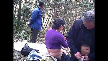 ดูหนังโป๊เอ็กพาเถ้าแก่มาเย็ดกันนอกสถานที่คนขับรถดูต้นทางให้เถ้าแก่รถทัวร์พาเมียน้อยมาเย็ดในป่า
